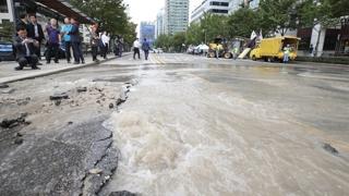 """서대문 경찰청 앞 도로 물바다…""""수도관 파열"""""""