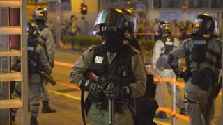 홍콩 경찰관, 시위대에게 목 다쳐 병원 이송