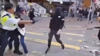 홍콩서 시위자 1명, 경찰이 쏜 실탄에 맞아 쓰러져
