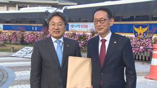 """한국당 민부론·민평론 전달…靑 """"합리적 정책 반영"""""""