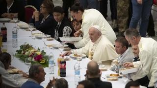 """교황 """"소수 탐욕으로 다수가 빈곤""""…소외계층과 점심"""