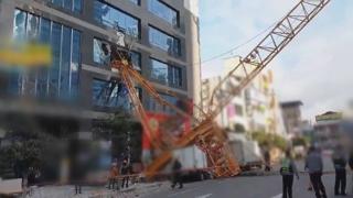 공사장 크레인 넘어져 인근 건물·차량 파손