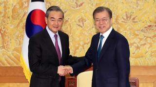 왕이 만난 문 대통령, 한반도 평화 위한 中 협력 당부