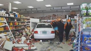 대낮 70대 음주운전 차량 마트 돌진…1명 부상