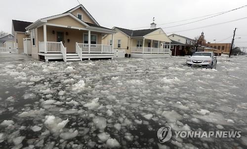 물과 얼음 홍수에 침수된 미국 뉴저지 해안 마을.[AP=연합뉴스 자료사진〕