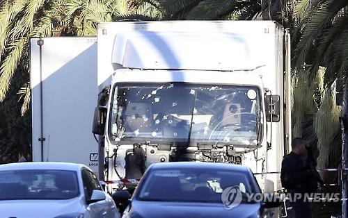 총알 자국 뒤범벅된 니스 테러 트럭 [연합뉴스 자료사진]