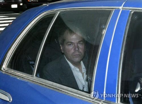 2003년 11월 워싱턴DC 연방법원 출석 당시의 존 힝클리