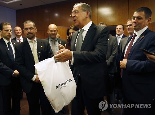 보드카 나눠주는 러시아 외무장관