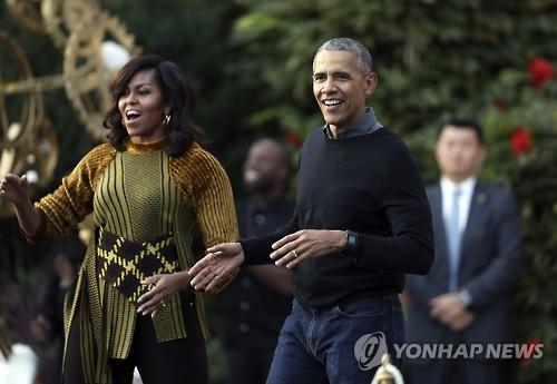 美백악관 핼러윈 파티에 참석한 오바마(오른쪽)와 미셸