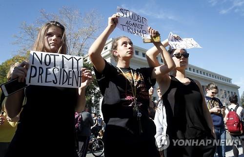 캘리포니아 학생들이 트럼프 항의 시위를 벌이고 있는 모습 [AP=연합뉴스 자료사진]
