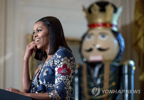 백악관 성탄 장식 소개하는 미셸 여사