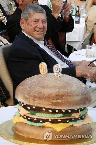 델리개티의 90세 생일에 등장한 빅맥 케이크 [AP=연합뉴스 자료사진]