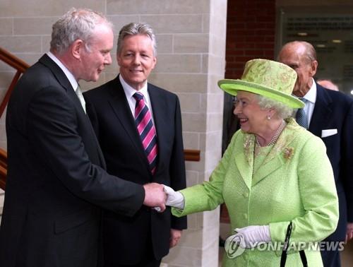 마틴 맥기네스(좌)와 엘리자베스 2세 영국 여왕의 '화해'의 악수