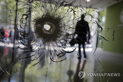 샹젤리제 테러 현장의 총탄 자국