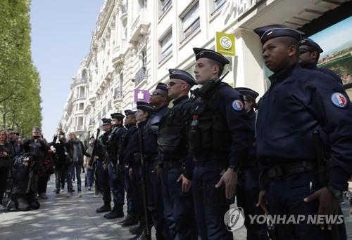 샹젤리제 거리의 프랑스 경찰관들