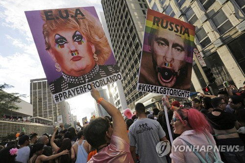러시아의 동성애자 탄압을 풍자한 동성애자 지지 시위자들 [연합뉴스 자료사진]