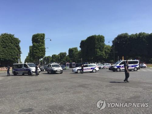 샹젤리제 거리를 통제하고 있는 프랑스 경찰 [파리 AP=연합뉴스]