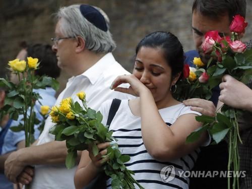 런던 모스크 차량 테러 규탄 집회에 참석한 시민들