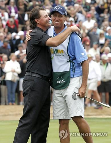 2013년 피닉스오픈 우승 후 포옹하는 미컬슨(왼쪽)과 매케이. [AP=연합뉴스]
