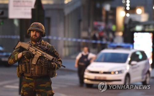 브뤼셀 중앙역서 폭발 발생 후 경계 강화한 무장군인 [브뤼셀 AP=연합뉴스]