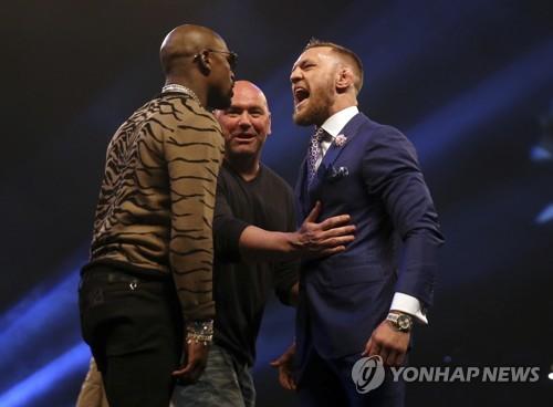 맥그리거(오른쪽)와 메이웨더 (AP=연합뉴스)