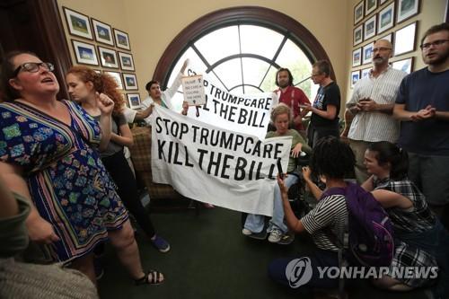 17일(현지시간) 미국 연방의회 의사당에 모인 트럼프케어 반대 시위대[AP=연합뉴스]