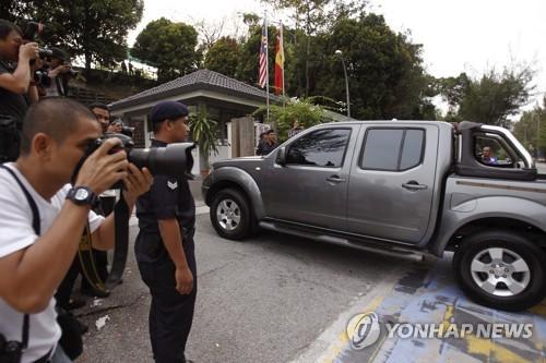 법원 들어서는 김정남 암살 피고인들