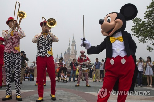 디즈니랜드 방문객을 환영하는 미키 마우스 캐릭터
