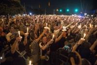 '로큰롤의 제왕' 엘비스 프레슬리(1935~1977)가 돌연 세상을 떠난 지 40주년 되는 때를 맞아 프레슬리 유산 관리사 측이 추모 촛불 집회를 위해 묘소를 찾은 팬들에게 별도의 입장료를 징수해 원성을 사고 있다.<br/>15일(현지시간) 시카고 선타임스 등에 따르면 프레슬리 사망 40주기를 맞아 테네시 주 멤피스의 저택 그레이스랜드(Graceland) 내에 소재한 그의 묘소를 찾는 방문객은 고가의 그레이스랜드 투어비와 별도로 묘지 입장료 28.75달러(약 3만3천 원)를 지불해야 한다. 요금 징수 사실을 모르고 행사를 찾은 일부 팬들은 소셜미디어에 &quot;다시 멤피스에 오지 않았다. 추모집회에 다시 참석하는 일은 없을 것&quot;이라며 불만을 표현했다.