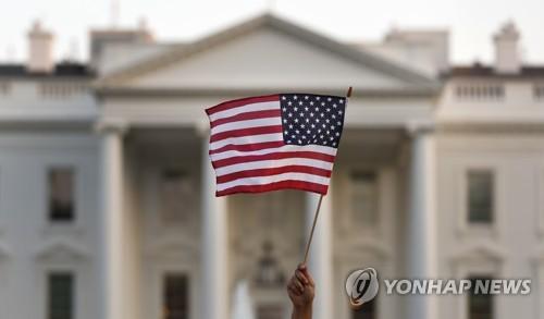 美 백악관 앞의 추방유예 프로그램(DACA) 지지 시위자가 든 성조기