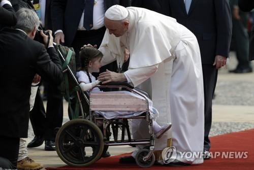 콜롬비아 대통령궁에서 어린이와 인사하는 프란치스코 교황