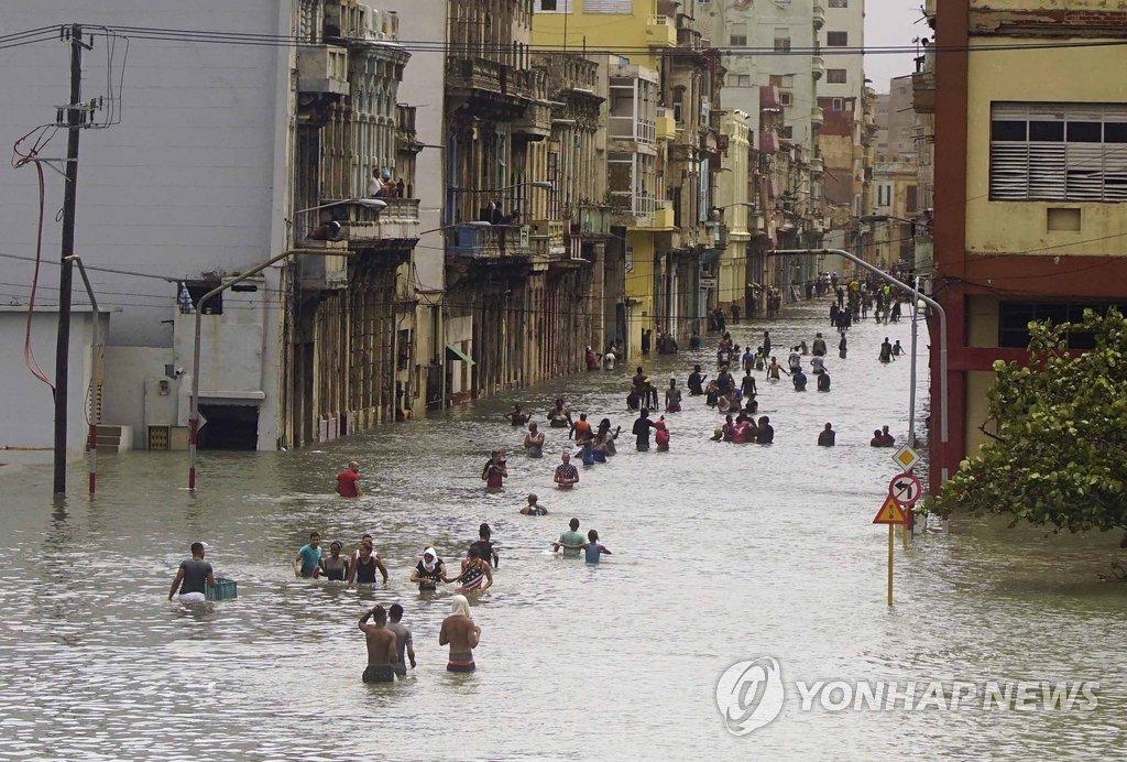 물에 잠긴 쿠바 아바나[AP=연합뉴스]