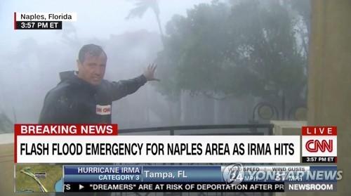 허리케인 '어마'의 위력을 설명하는 CNN 기자