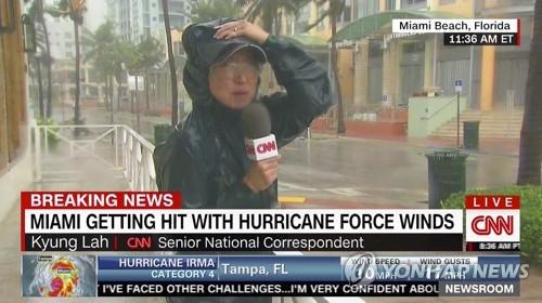 마이애미비치 현장에서 중계중인 CNN 경 라 기자.