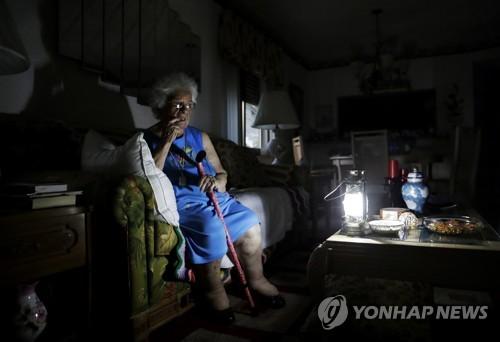 '어마'로 전기가 끊긴 집에 홀로 앉아있는 노인