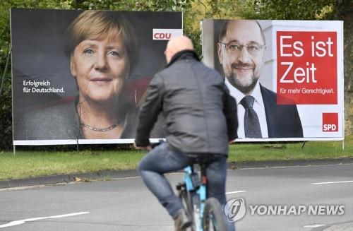 메르켈 총리·슐츠 총리 후보의 선거 포스터 [AP=연합뉴스]