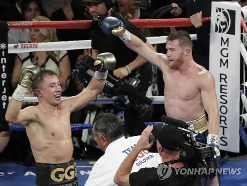 경기 후 서로 승리 자신하는 골로프킨(왼쪽)과 알바레스 (AP=연합뉴스)