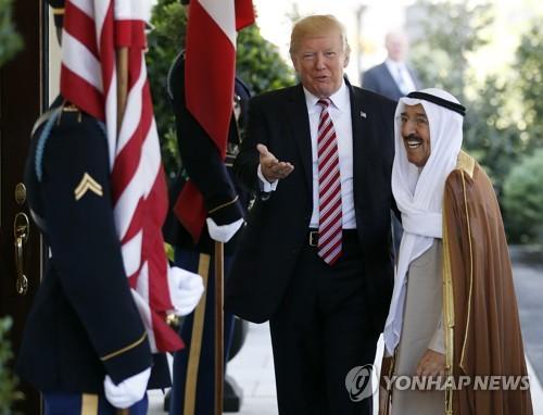 백악관을 방문한 알사바 쿠웨이트 국왕과 그를 맞이하는 트럼프 미국 대통령