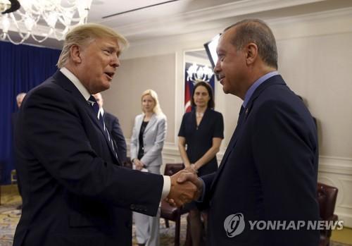 에르도안 터키 대통령과 악수하는 트럼프 대통령 [AP=연합뉴스]