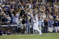 (서울=연합뉴스) 장현구 기자 = 16일(한국시간) 미국프로야구 로스앤젤레스 다저스의 홈구장인 미국 캘리포니아 주 로스앤젤레스 다저스타디움은 우승이라도 한 것처럼 그야말로 환희의 도가니로 변했다.<br/>    컵스와 벌인 내셔널리그 챔피언십시리즈(NLCS·7전 4승제) 2차전에서 다저스 주포 저스틴 터너는 1-1이던 9회 말 믿기 힘든 끝내기 석 점 홈런을 가운데 펜스 너머로 날려 보냈다.<br/>    미국 현지 언론은 어디선가 한 번 본듯한 '데자뷔'로 터너의 굿바이 홈런을 크게 다뤘다.<br/>    29년 전 바로 그 장소에서 펼쳐진 월드시리즈(WS)에서 다저스 커크 깁슨이 날린 굿바이 홈런을 떠오르게 한 기시감이다.<br/>    깁슨이 다저스타디움을 들썩이게 한 그 날은 1988년 10월 15일. 미국 현지 시간으로 29년 후 터너가 같은 날 끝내기 대포를 쏘아 올렸다.
