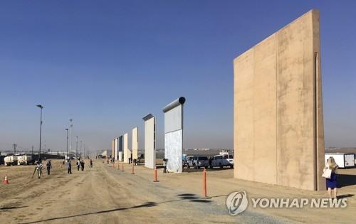 미국-멕시코 국경에 설치될 '트럼프 장벽' 시제품 모형들