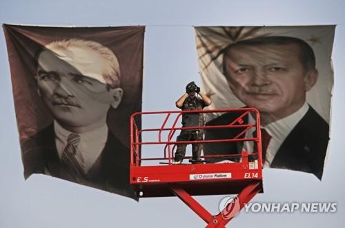 '터키 국부' 아타투르크와 현직인 에르도안 대통령 [AP=연합뉴스]