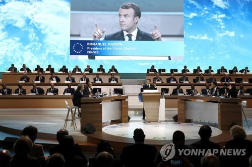 파리서 열린 기후변화 회의에서 마크롱 프랑스 대통령이 연설하고 있다.