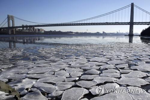 뉴욕-뉴저지주를 가르는 허드슨 강에 떠다니는 얼음