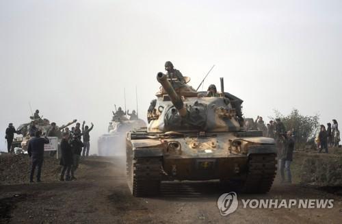 시리아 북서부로 진격하는 터키군 탱크