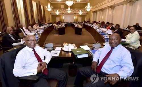 남아공, 제이콥 주마 대통령(왼쪽)과 시릴 라마포사 ANC 대표 (AP=연합뉴스)