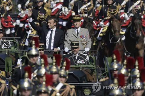 에마뉘엘 마크롱 프랑스 대통령 열병식 참가 풍경[AP=연합뉴스 자료사진]