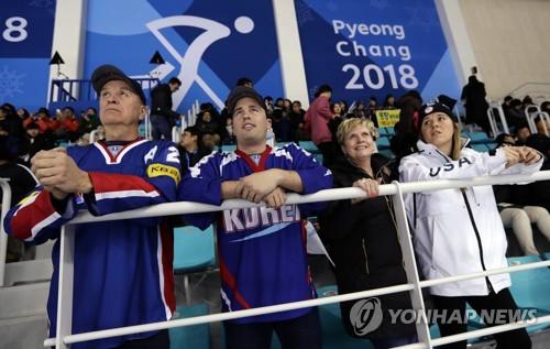 남북 단일팀-일본전 관전하는 브랜트 가족 [AP=연합뉴스 자료사진]