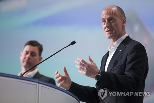 프랑스 툴루즈에서 실적 발표하는 에어버스 CEO 톰 엔더스(오른쪽)