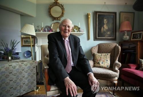 생전(2014년) 영국 옥스퍼드 자택에서 인터뷰하는 로저 배니스터 경